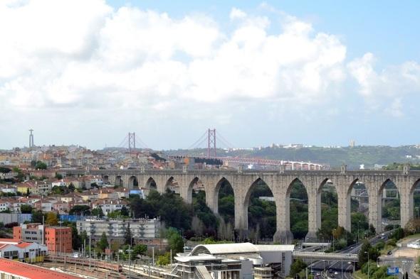 Aqueduto das águas Livres, Ponte 25 de Abril e do outro lado do rio o Cristo Rei.